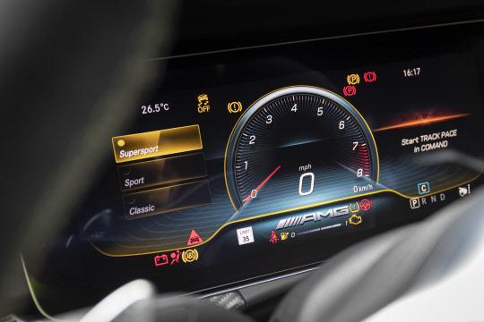 """""""스피드 끝판왕 트랙을 달리다""""… `메르세데스-AMG GT 4도어 쿠페` 타 보니"""